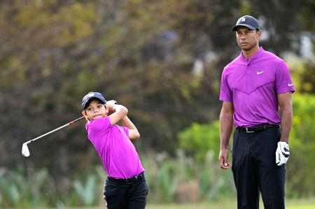 PNC選手権に出場し、息子のチャーリー君(左)のショットを見つめるタイガー・ウッズ=19日、米フロリダ州オーランド(AP=共同)