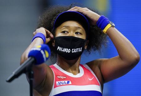 テニスの全米オープンで、白人警官の暴力を受けた黒人被害者の名前の入ったマスクを着ける大坂なおみ選手=9月、ニューヨーク(AP=共同)