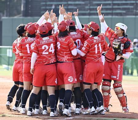 ソフト女子日本リーグで優勝を決め、喜ぶビックカメラ高崎ナイン=2020年11月、パロマ瑞穂野球場