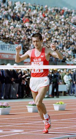 びわ湖毎日マラソンを1位でゴールインした瀬古利彦=1988年、滋賀県大津市・皇子山陸上競技場