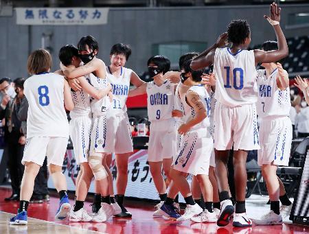 女子決勝で東京成徳大高に勝利して2年連続23度目の優勝を果たし、抱き合って喜ぶ桜花学園の選手たち=東京体育館(JBA提供)