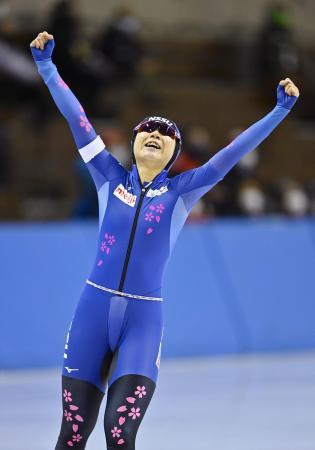 女子3000メートルで自身の国内最高記録を更新し、喜ぶ高木美帆=明治北海道十勝オーバル