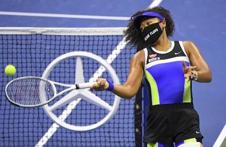 テニスの全米オープンで、白人警官の暴力を受けた黒人被害者の名前の入ったマスクを着ける大坂なおみ選手=9月、ニューヨーク(USAトゥデー・ロイター=共同)