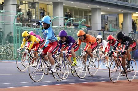 ゴールする1着の和田健太郎(4)、2着の脇本雄太(2)、3着の佐藤慎太郎(9)=平塚競輪場