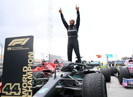 11月のトルコGPで今季10勝目を挙げ、総合4連覇を決めたルイス・ハミルトン=イスタンブール(ロイター=共同)