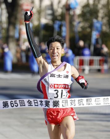 12年ぶり3度目の優勝を決め、指を突き上げる富士通のアンカー・浦野雄平=群馬県庁前