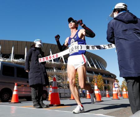 男子20キロで優勝した住所大翔。奥は国立競技場=明治神宮外苑絵画館周回コース