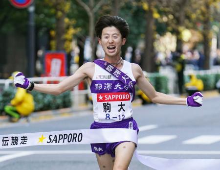 1位でゴールする駒大のアンカー・石川拓慎。13年ぶり7度目の総合優勝を果たした=東京・大手町