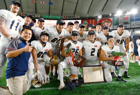 アメリカンフットボールの日本選手権、第74回ライスボウルで7年ぶり8度目の日本一に輝き、笑顔で記念写真に納まるオービックの選手ら=3日、東京ドーム