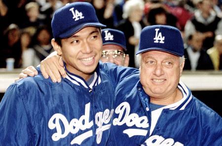 1995年6月、米大リーグ初勝利を挙げ、ラソーダ監督(右)から祝福されるドジャースの野茂英雄氏(ロイター=共同)