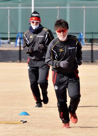 ソフトボール日本リーグのビックカメラ高崎に移籍し、上野由岐子(左)と練習する藤田倭=群馬県高崎市