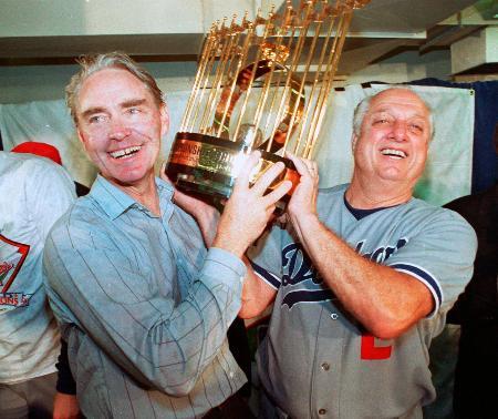 1988年、ワールドシリーズを制覇しトロフィーを掲げるドジャースのラソーダ監督(右)=オークランド(AP=共同)