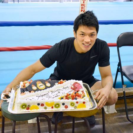 35歳の誕生日に用意されたケーキを前に撮影に応じるWBAミドル級スーパー王者の村田諒太=12日、東京都新宿区の帝拳ジム