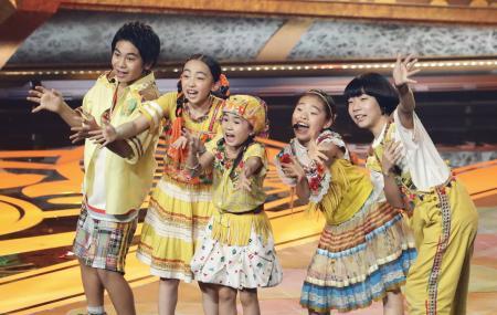 第93回選抜高校野球大会の入場行進曲「パプリカ」を歌うFoorin=東京都渋谷区の新国立劇場