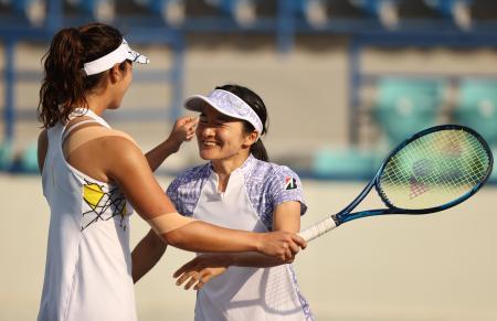 アブダビ女子オープンで優勝を果たし、喜ぶ青山修子、柴原瑛菜組=13日、アブダビ(ゲッティ=共同)