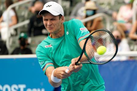 デルレービーチ・オープン決勝でセバスチャン・コルダと対戦するフベルト・フルカチュ=13日、デルレービーチ(AP=共同)