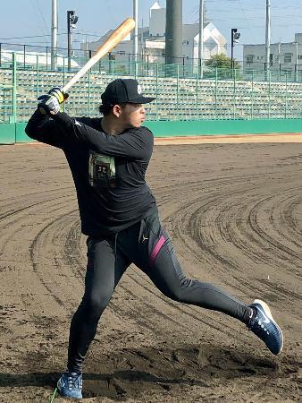 打撃練習に取り組む楽天の浅村=愛媛県内(球団提供)