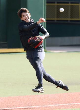 三塁で守備練習するソフトバンク・栗原=長崎市内(代表撮影)