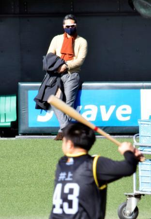 井上(手前)の打撃練習を視察するソフトバンク・小久保ヘッドコーチ=福岡県筑後市