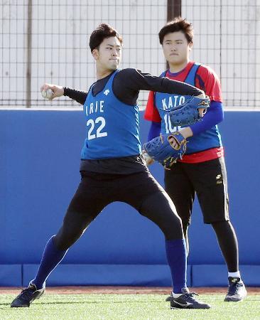 キャッチボールするDeNA・入江(左)=神奈川県横須賀市(代表撮影)