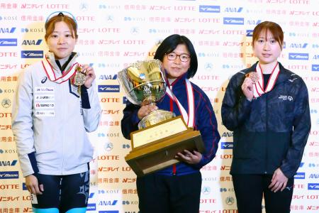 女子総合優勝を果たした山名里奈。左は2位の菊池萌水、右は3位の渡辺碧=帝産アイススケートトレーニングセンター(アフロスポーツ/JSF提供)