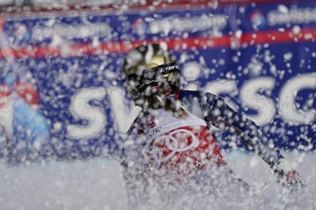 アルペンスキーW杯、女子滑降第4戦のフィニッシュで雪をまき上げるソフィア・ゴッジャ=22日、クランモンタナ(ゲッティ=共同)