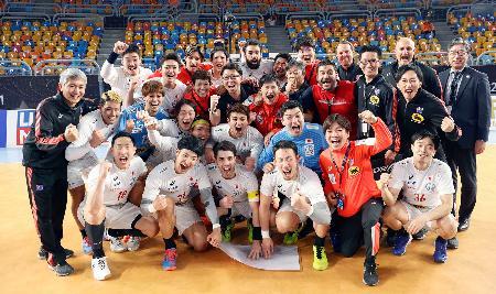 25日、2次リーグのバーレーン戦に勝利後、記念撮影するハンドボール男子日本代表=カイロ(田口有史/JHA提供・共同)