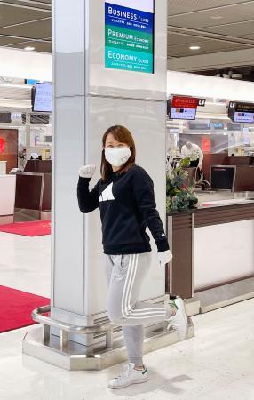 米国に向け、成田空港から出発する女子ゴルフの畑岡奈紗=8日(TCI提供)