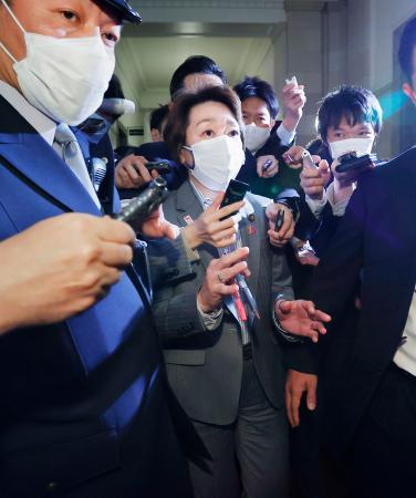衆院予算委を終え、記者団に囲まれる橋本五輪相(中央)。東京五輪・パラリンピック組織委員会の次期会長選定を巡り、「候補者検討委員会」が就任を要請することが分かった=17日午後、国会