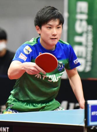 彩たま戦でプレーする東京の張本智和=アリーナ立川立飛(Tリーグ提供