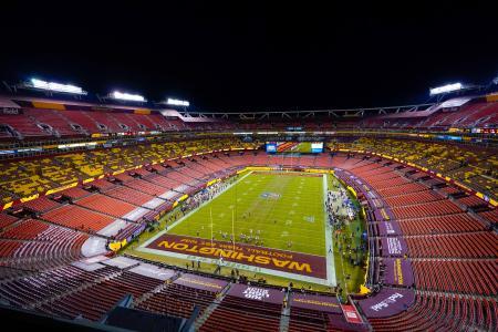 プレーオフのバッカニアーズ戦で本拠地スタジアムのフィールドにペイントされた「ワシントン・フットボール・チーム」=1月、メリーランド州ランドーバー(AP=共同)
