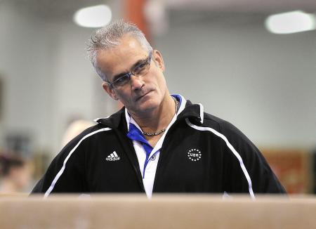 2011年、教え子の選手らの練習を見守るジョン・ゲダート氏=米ミシガン州ランシング(USAトゥデー・ネットワーク、ロイター=共同)