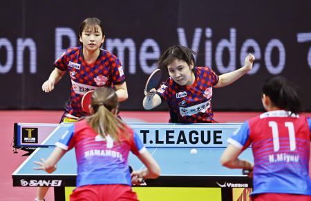 神奈川―日本生命 第1試合のダブルスで勝利した日本生命の平野(右)、前田組=アリーナ立川立飛