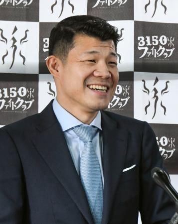 記者会見でジム開設を発表し、笑顔を見せる亀田興毅氏=1日、大阪市
