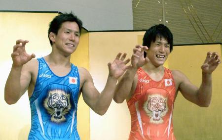 五輪用のシングレットを着てポーズをとるレスリング五輪代表の湯元健一(右)と進一の双子の兄弟=2012年7月、和歌山市