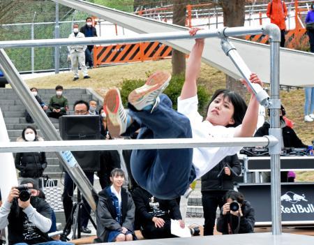 パルクールの大会に出場した女子の泉ひかり=兵庫県淡路市