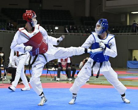 男子74キロ級決勝で鈴木リカルド(右)を破り、優勝した浜田康弘=駒沢体育館