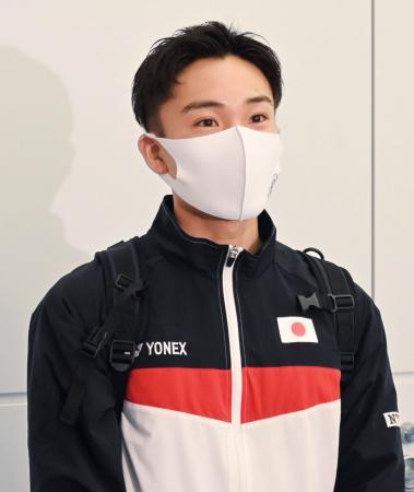 全英オープンへの出発前に、取材に応じるバドミントン男子シングルスの桃田賢斗=13日、羽田空港
