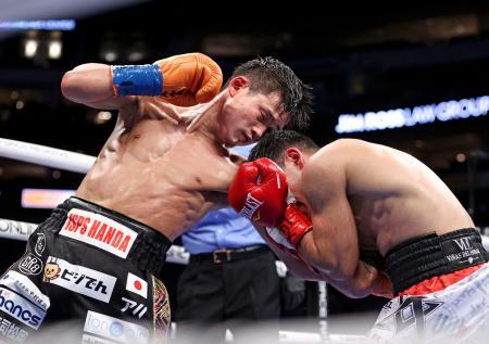 WBAライトフライ級タイトルマッチでアクセル・アラゴン・ベガ(右)を攻める京口紘人=ダラス(Ed Mulholland/Matchroom提供・共同)