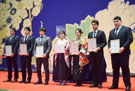 日体大の卒業式に出席した女子ゴルフの河本結(右から3人目)ら。右端は相撲のプレブスレン・デルゲルバヤル、左から3人目は柔道男子の藤原崇太郎=15日、東京都内