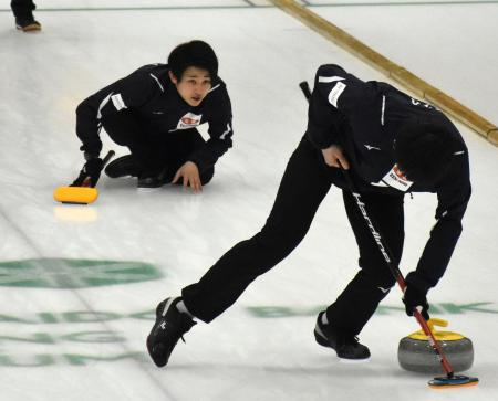 練習するコンサドーレの松村(左上)=札幌市