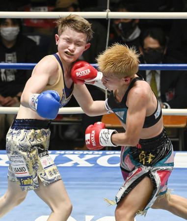 8回、松田恵里(左)を攻める花形冴美=後楽園ホール