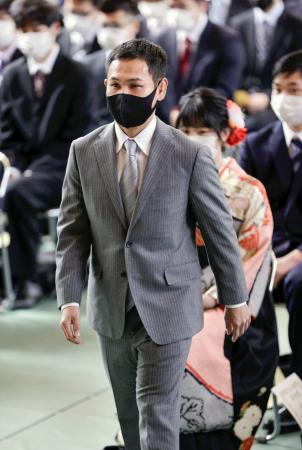 名古屋産大の卒業式に出席したボクシングの元世界王者高山勝成=19日午前、愛知県尾張旭市