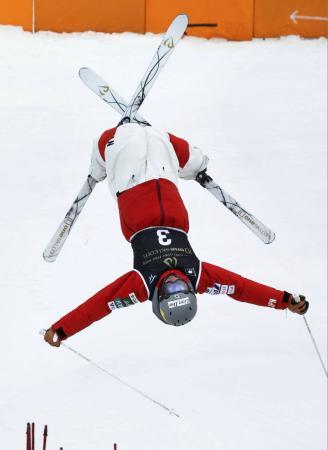 男子デュアルモーグルで優勝した西沢岳人のエア=たいらスキー場
