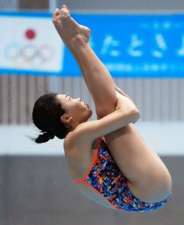 女子板飛び込み決勝 1位の榎本遼香の演技=金沢プール
