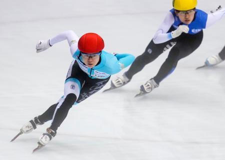 女子3000メートル トップの菊池萌水(左)=神戸ポートアイランドSC