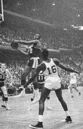 1962年、NBA選手権(現行のNBA決勝)のセルティックス戦でゴールを狙うレーカーズのエルジン・ベイラー=ボストン(AP=共同)