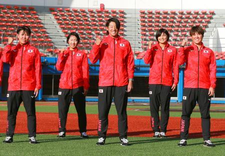 東京五輪のソフトボール女子日本代表に選ばれ、ポーズをとる(左から)内藤実穂、森さやか、上野由岐子、我妻悠香、藤田倭=23日、群馬県高崎市
