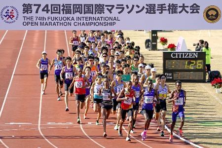 昨年の福岡国際マラソンでスタートし、トラックを周回する選手たち=2020年12月6日、平和台陸上競技場
