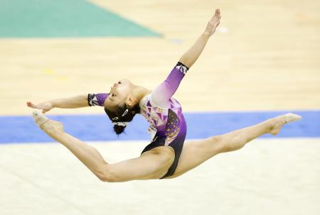 女子個人総合で優勝した畠田千愛の床運動=北海きたえーる